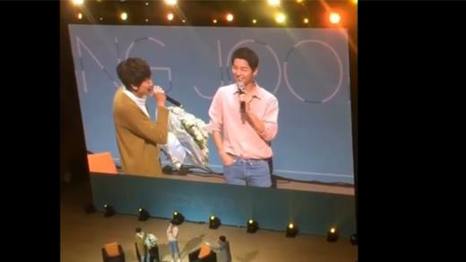 """Fan """"sướng rơn"""" khi Lee Kwang Soo tặng hoa cho Song Joong Ki"""