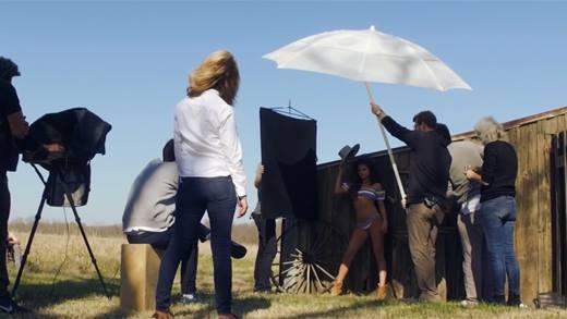 Toát mồ hôi với hậu trường chụp ảnh bikini nóng bỏng của Selena Gomez