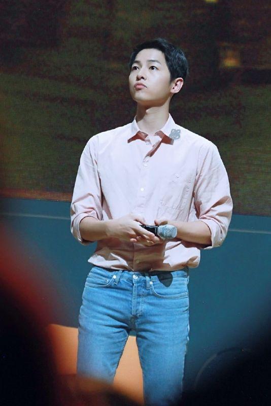 """Không làm gì, chỉ việc nói thôi, khuôn miệng của Song Joong Ki cũng trở thành một """"tuyệt phẩm""""."""