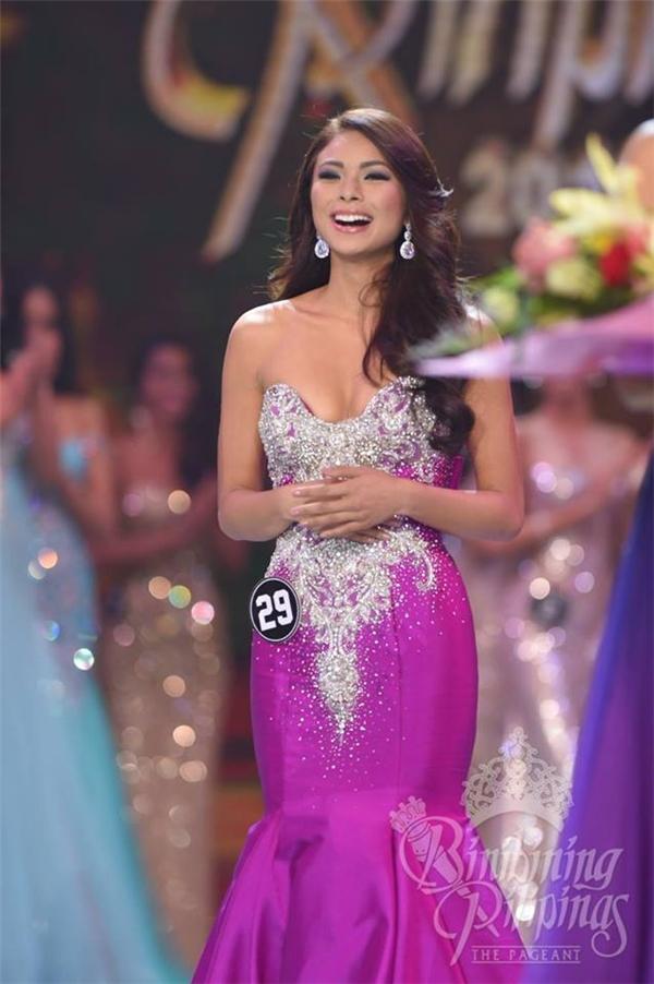 """Tuy nhiên vẫn có nhiều ý kiến hy vọng vẻ đẹp """"lạ"""" của cô gái này sẽ làm nên chuyện trong cuộc thi Hoa hậu Hoàn vũ 2016. Và nếu năm nay, đúng theo những lời đồn đoán, cuộc thi được tổ chức trên sân nhà Philippines thì nhan sắc này hoàn toàn có cơ hội đi sâu. Nhưng đây vẫn là câu hỏi được bỏ ngỏ."""