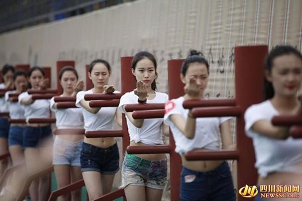 Các cô gái trẻ diện trang phục quần cọc, áo thun bó sát để tập luyện. Ảnh: NEWSSG. org