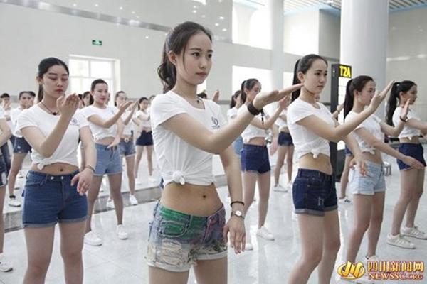 Trang phục các cô gái lựa chọn được cho là không phù hợp với môn võ mà họ tập luyện.Ảnh: NEWSSG. org