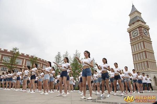 Lớp học còn có sự tham gia của các nam sinh.Ảnh: NEWSSG. org