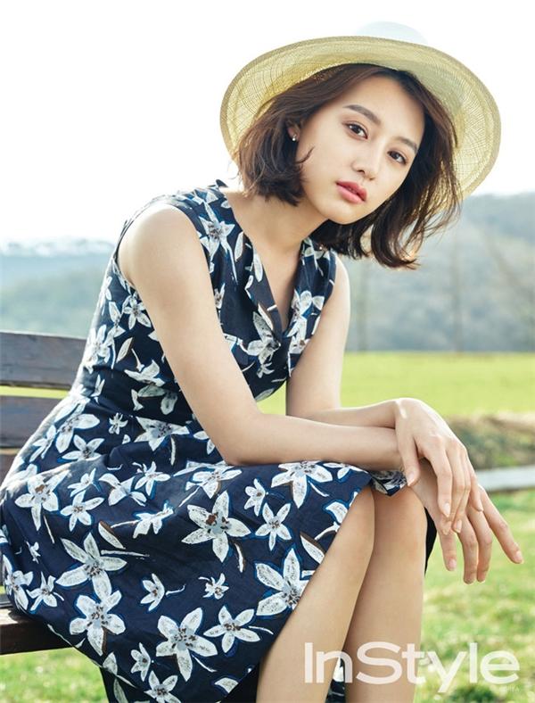 Kim Ji Won mang đến dư vị của những miền quê dân dã trong bộ váy xòe cổ điển với nền xanh hoa trắng. Phụ kiện đi kèm vẫn là mũ fedora nhưng với tông màu sáng hơn. Với bộ trang phục này, bạn có thể tự do vui đùa trong những hoạt động ngày hè nhưng vẫn giữ được nét thanh lịch, điệu đà vốn có.