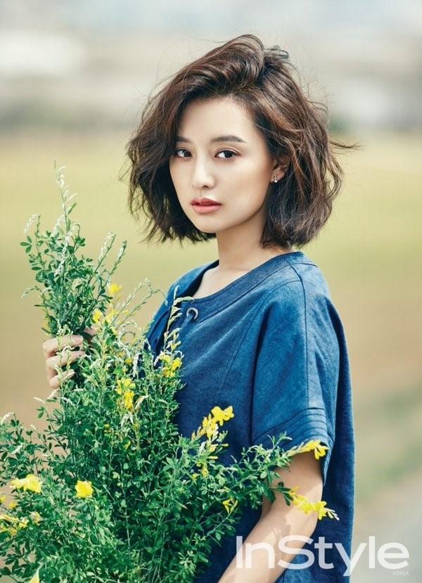 Denim đã bắt đầu trở thành xu hướng được ưa chuộng. Chỉ với dáng váy giấu đường cong, Kim Ji Won vẫn thu hút và ghi điểm tuyệt đối.