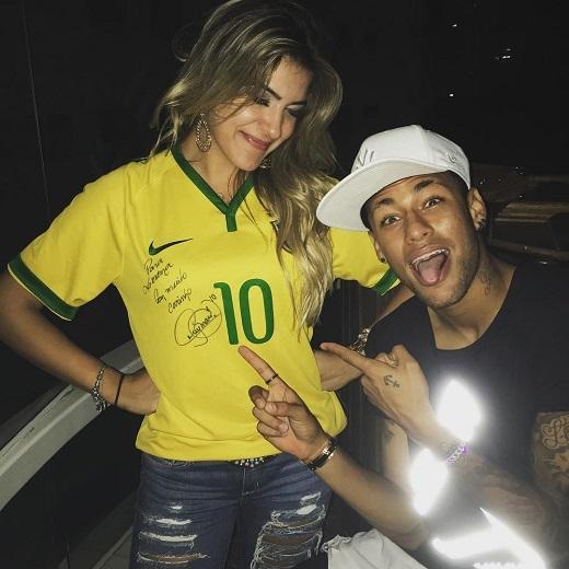 Neymar và cô nàng xinh đẹpLorena Improta. (Ảnh: Internet)