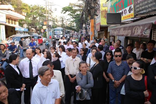 Khá đông người đã có mặt để đưa tiễn nhạc sĩ Nguyễn Ánh 9.(Ảnh: ngoisao.net) - Tin sao Viet - Tin tuc sao Viet - Scandal sao Viet - Tin tuc cua Sao - Tin cua Sao