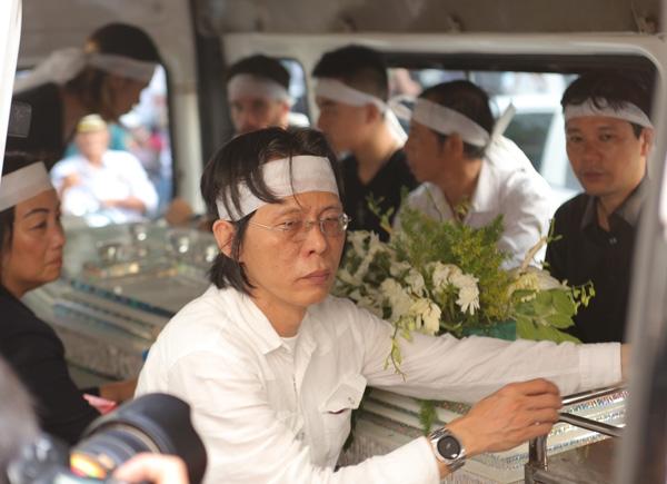 Hình ảnh đau buồn của Nguyễn Quang khi vẫn chưa hết bàng hoàng trước sự mất mát quá đỗi lớn lao.(Ảnh: ngoisao.net) - Tin sao Viet - Tin tuc sao Viet - Scandal sao Viet - Tin tuc cua Sao - Tin cua Sao