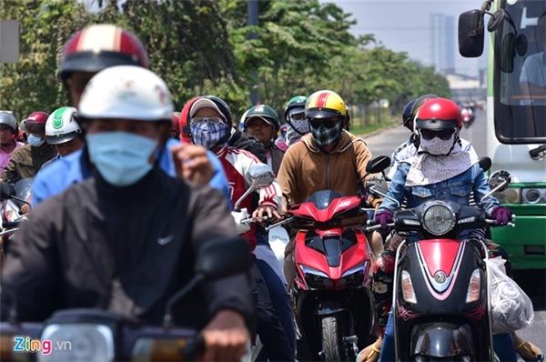 Hầu hết người ra đường đều bịt kín để chống cái nóng hừng hực.