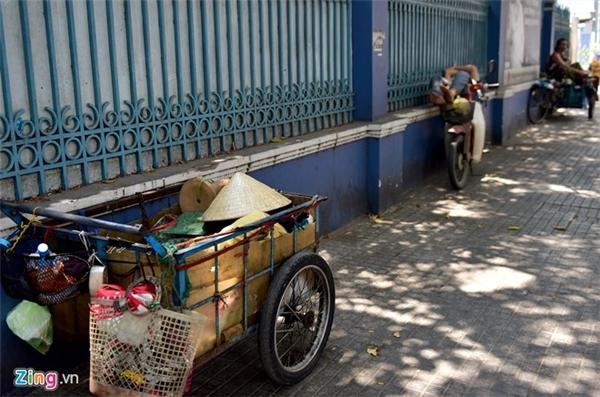 Vỉa hè những tuyến đường có cây xanh là nơi lý tưởng cho những người làm nghề ve chai, chạy xe ôm, bán hàng rong... ngủ tạm lấy sức cho buổi chiều tiếp tục mưu sinh.