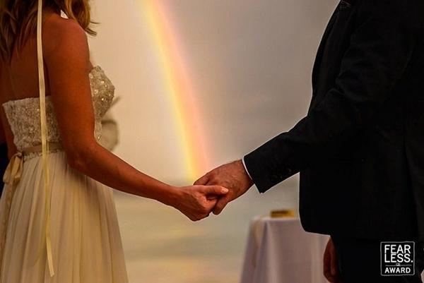 Cầu vồng xuất hiện trong ngày cưới dự báo cô dâu và chú rể sẽ gặp nhiều may mắn trong hôn nhân.