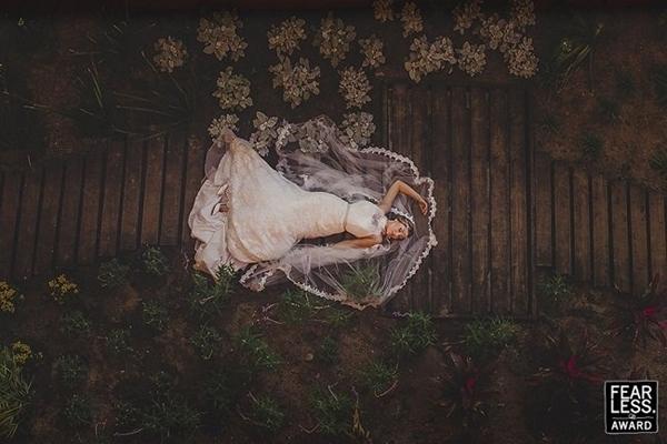 """Bức ảnh mang tên """"Cô dâu mơ màng"""". Có lẽ, cô dâu này cũng hạnh phúc khi được khoác lên mình tấm áo cưới."""