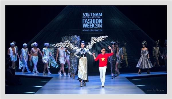 Vào năm 2014, cô cũng từng làm nức lòng khán giả khitrình diễn một thiết kế rất cầu kì, năng nề của nhà thiết kế Nguyễn Công Trí trong đêm mở màn Vietnam International Fashion Week 2014.