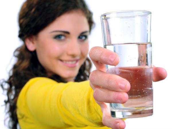 Khi bạn uống nước lạnh, bạn cũng chẳng cung cấp được bao nhiêu nước cho cơ thể đâu đấy. (Ảnh: Boldsky)
