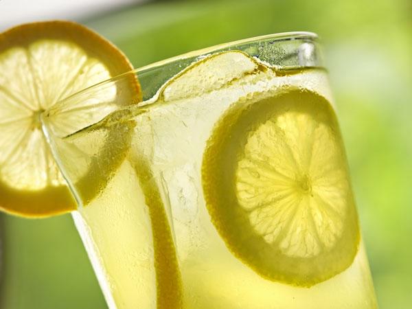 Nếu bạn đã có thói quen uống nước chanh ấm mỗi sáng thì hãy tập cả thói quen uống nước ấm nữa nhé. (Ảnh: Boldsky)