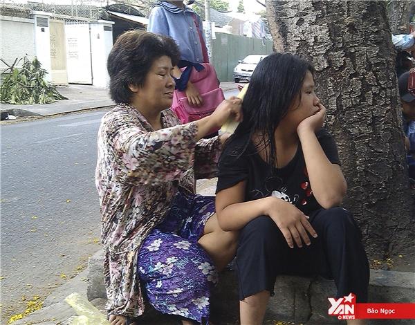 Trong khi chờ Quỳnh Giao tan học, cô Thảo tranh thủ nhặt ve chai xung quanh và chăm sóc Ái My.