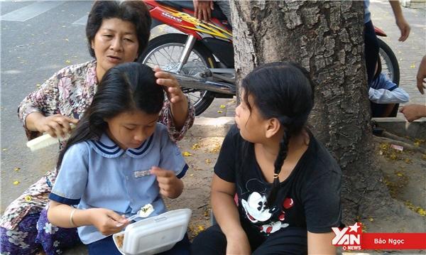 Những ngày cạn tiền, mẹ con chia nhau hộp cơm từ thiện để qua cơn đói.