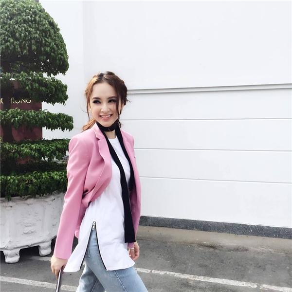 Trong bộ trang phục này, nếu như quần jeans denim cùng áo vest hồng mang đậm phong cách cổ điển thì chiếc áo phông xẻ tà bất đối xứng bên trong lại thể hiện nét đẹp hiện đại, cá tính của những cô gái thành thị.
