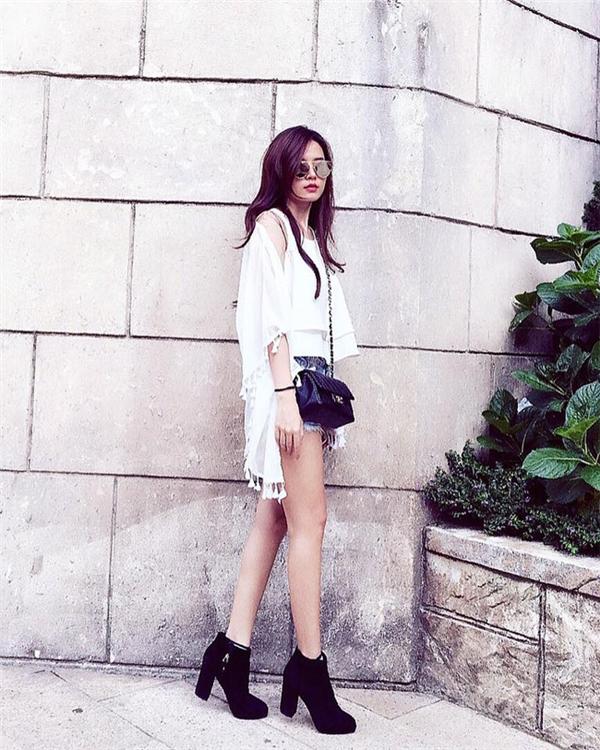 Áo hai dây và quần jeans rách của Midu lại mang màu sắc mới mẻ hơn khi được phối cùng áo khoác tua rua hợp xu hướng. Tuy nhiên, giày bootđen đã vô tình khiến bộ trang phục trở nên nặng nề, kém năng động hẳn.