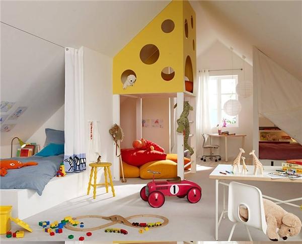 Không chỉ có đầy đủ các món đồ nội thất cần thiết mà phòng ngủ này còn có chiếc giường tầng khá ấn tượng nhờ các cửa sổ tròn thú vị. (Ảnh: Internet)