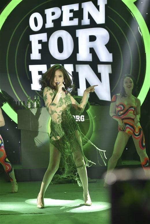 """Hoàng Thùy Linh """"sexy"""" đốt cháy khán phòng với các ca khúc sôi động """"Crazy"""", """"Just you"""", """"Rung động"""" được phối theo phong cách EDM."""