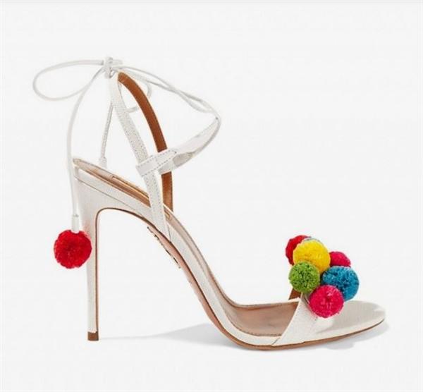 Sandal pompom chính là nét chấm phá độc đáo nhất trong hè này. Thực ra, chúng là sự kết hợp giữa những kiểu sandal truyền thống với những cục bông nhỏ đính kết trên quai giày. Gam màu tươi sáng, bắt mắt sẽ giúp bạn gây ấn tượng với người đối diện ngay từ ánh nhìn đầu tiên.