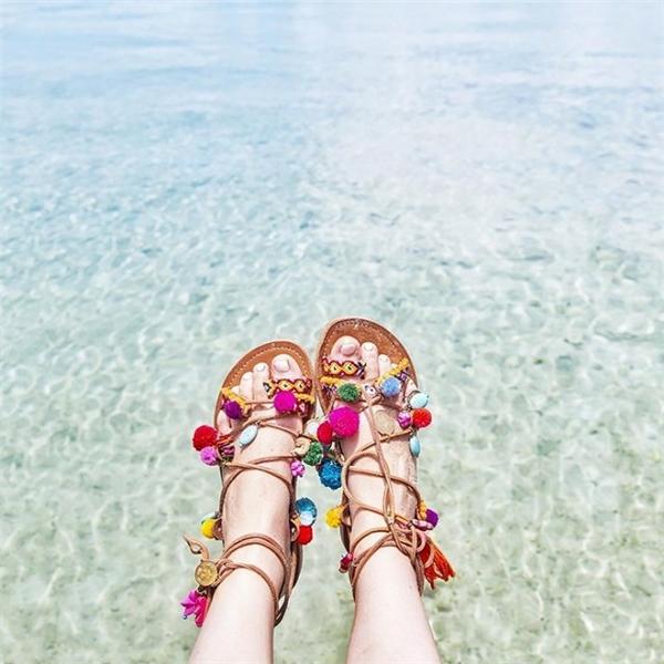 Trong những kì nghỉ ở biển thì đôi sandal này lại càng phát huy tác dụng khi kết hợp trang phục theo phong cách bohemian hay họa tiết hoa lá điệu đà.