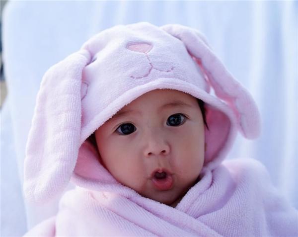 Con gái Hà Kiều Anh sở hữu gương mặt hết sức đáng yêuvới đôi mắt to tròn đen láy, khuôn miệng chúm chím dễ thương. - Tin sao Viet - Tin tuc sao Viet - Scandal sao Viet - Tin tuc cua Sao - Tin cua Sao