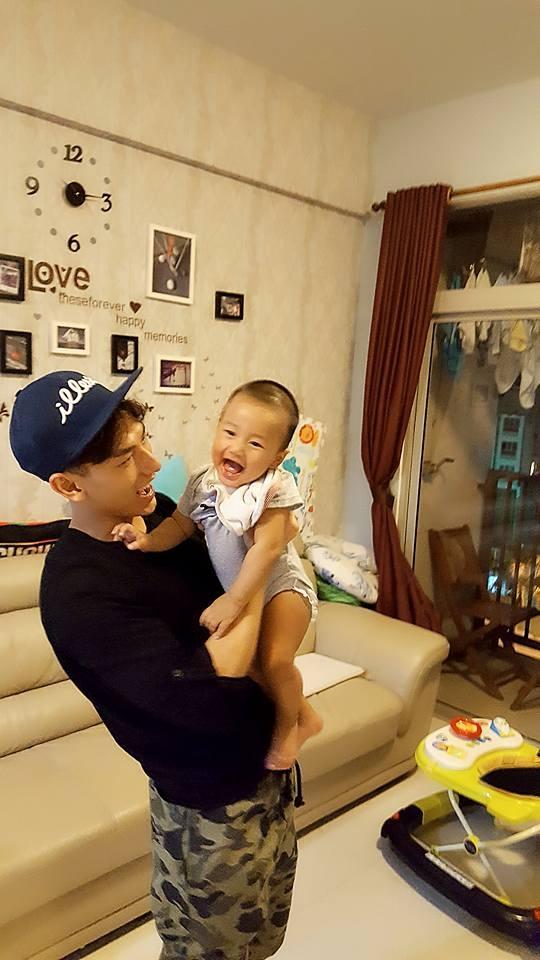 """Bức hình Isaac tới thăm và bế bé Teddy – con trai OnlyC nhận được hàng nghìn lượt tương tác trên mạng xã hội. Một lớn một bé đều dễ thương cực điểm khiến các fan """"chết mê chết mệt"""". - Tin sao Viet - Tin tuc sao Viet - Scandal sao Viet - Tin tuc cua Sao - Tin cua Sao"""
