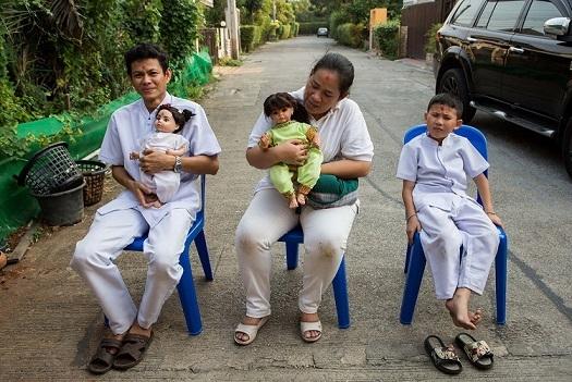 Gia đình Pita nuôi 2 con búp bê Luk Thep và 1 cậu con trai.