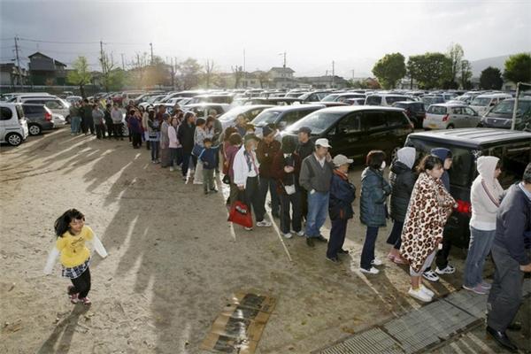 Và hình ảnh không bao giờ mất ở Nhật Bản đó là những dòng người xếp hàng ngay ngắn, trật tự để nhận đồ cứu trợ.
