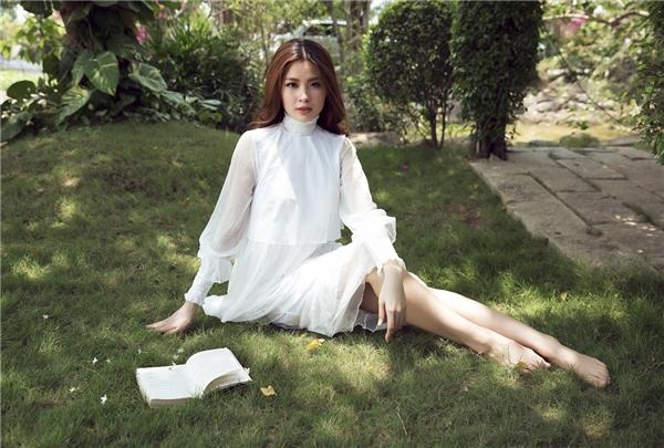 Trong bộ ảnh mới nhất, Diễm Trang tự tin khoác lên mình những bộ cánh màu trắng gợi cảm, hòa mình vào ánh nắng của thiên nhiên. - Tin sao Viet - Tin tuc sao Viet - Scandal sao Viet - Tin tuc cua Sao - Tin cua Sao