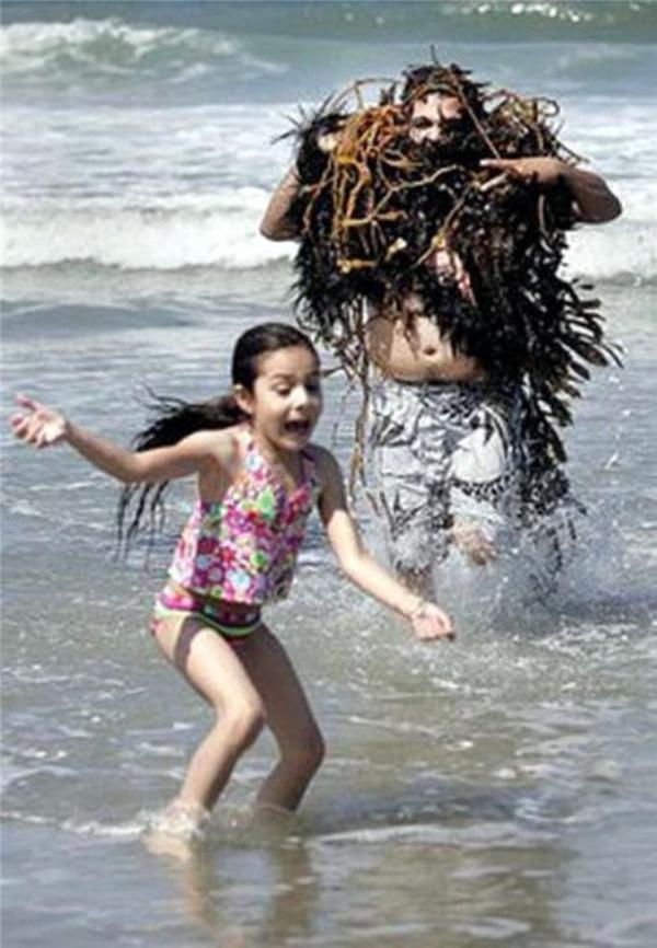 Cô bé này sẽ không bao giờ dám ra biển nữa. (Ảnh: Internet)