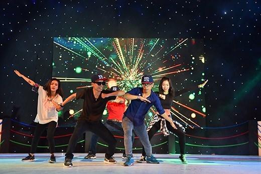 Sau khi MC Ngọc Trai lên tiếng mời mọc, các bạn trẻ đã chạy như bay lên sân khấu. Các bạn cùng thi đấu ứng biến điệu nhảy ngay tại chỗ chỉ với 15 phút chuẩn bị. Nhiều bạn trẻ nhảy đỉnh như dancer chuyên nghiệp.