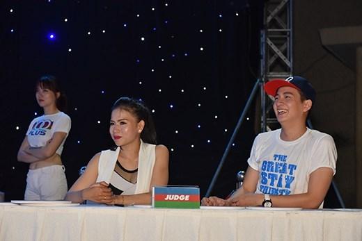 Ban giám khảo cũng chính là ca sĩ Ngô Kiến Huy và dancer Ngọc Tiên. Cả hai rất hào hứng và ngạc nhiên trước màn tỏa sáng của các bạn trẻ.