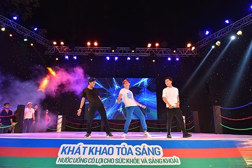 """Sau màn nhảy bụng quá đỉnh của một dancer, MC Ngọc Trai cố tình """"hại"""" Ngô Kiến Huy bằng cách mời anh lên sân khấu biểu diễn lại điệu nhảy đó."""