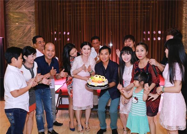 Sau liveshow, ca sĩ Mạnh Quỳnh và ekip cũng đã có một buổi tiệcnhỏ để chúc mừng thành công của đêm nhạc. - Tin sao Viet - Tin tuc sao Viet - Scandal sao Viet - Tin tuc cua Sao - Tin cua Sao