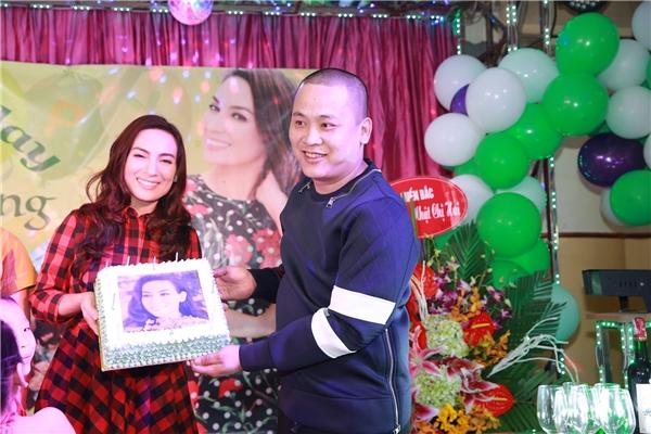 Phi Nhung bên cạnh món quà là ổ bánh sinh nhật mà fan tặng. - Tin sao Viet - Tin tuc sao Viet - Scandal sao Viet - Tin tuc cua Sao - Tin cua Sao