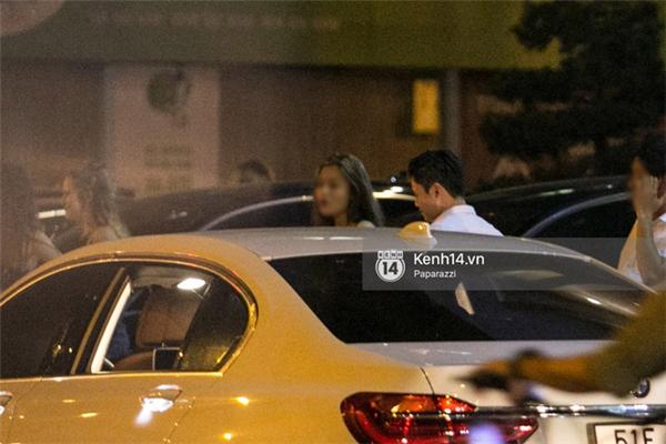 Phan Thành và cô gái đứng nói chuyện với nhau khá lâu trước khi anh ra về. - Tin sao Viet - Tin tuc sao Viet - Scandal sao Viet - Tin tuc cua Sao - Tin cua Sao