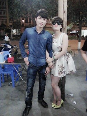 Cô gái mong đứng cạnh người nổi tiếng.