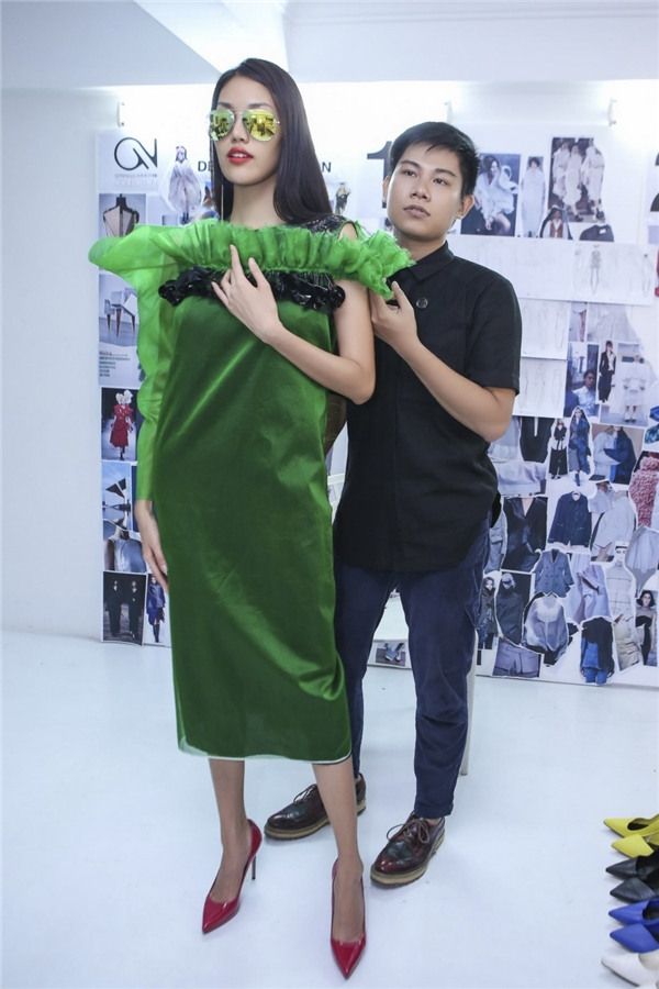 Người đẹp diện bộ trang phục màu xanh nổi bật.