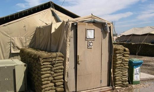 Bạn phải dọn dẹp và sửa chữa nhừng nhà vệ sinh ở vùng chiến tranh. (Ảnh: Internet)