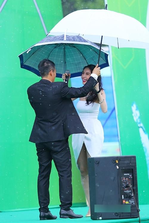 Dù đã nhiều năm gắn bó, nhưng đôi vợ chồng Công Vinh - Thủy Tiên vẫn luôn dành cho nhau cử chỉ đầy âu yếm. Hình ảnh cặp đôi cùng mỉm cười đứng che dù cho nhau giữa trời mưa khiến bao người thầm ước ao có được hạnh phúc như họ. - Tin sao Viet - Tin tuc sao Viet - Scandal sao Viet - Tin tuc cua Sao - Tin cua Sao