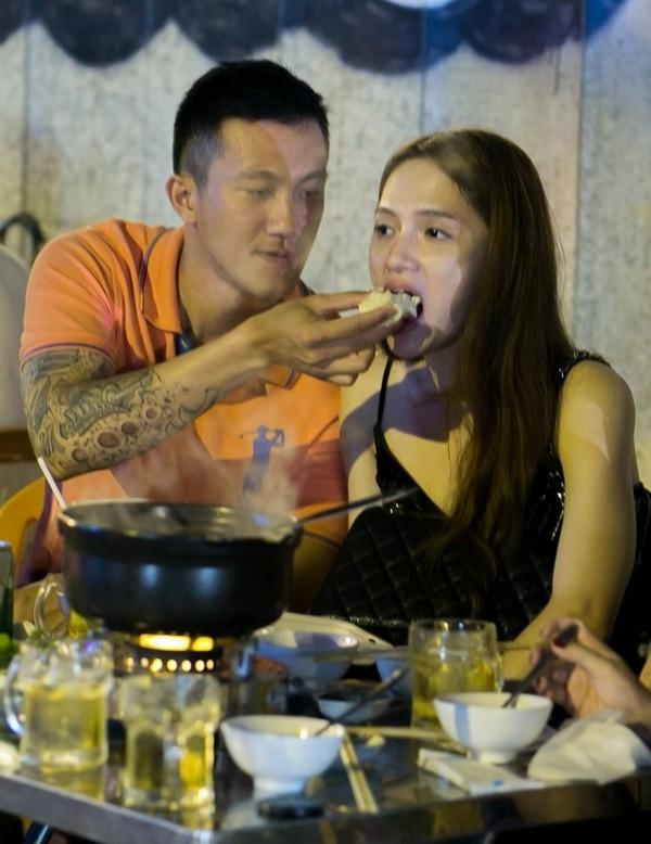 Không chỉ vậy, kể cả khi cặp đôi đi ăn cùng bạn bè tại hàng quán, Criss Lai vẫn luôn chu đáo quan tâm bạn gái. - Tin sao Viet - Tin tuc sao Viet - Scandal sao Viet - Tin tuc cua Sao - Tin cua Sao