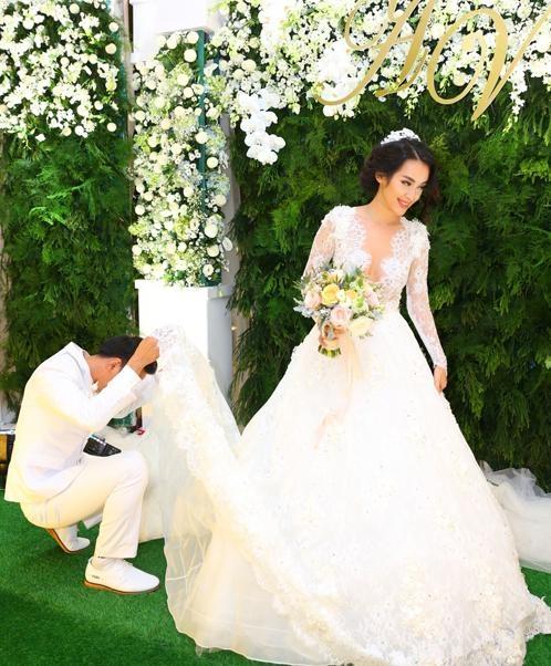 """Trong một diễn biến khác, Văn Anh khiến nhiều người ngạc nhiên khi bất ngờ cúi xuống và kéo váy cưới của Tú Vi lên ngang đầu để giúp vợ chỉnh lại chiếc váy. Có thể thấy nụ cười hạnh phúc của Tú Vi khi may mắn """"sở hữu"""" được chàng """"soái ca"""" tuyệt vời này. - Tin sao Viet - Tin tuc sao Viet - Scandal sao Viet - Tin tuc cua Sao - Tin cua Sao"""
