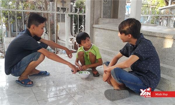 Giây phút hiếm hoi ba anh em chơi đùa cùng nhau.