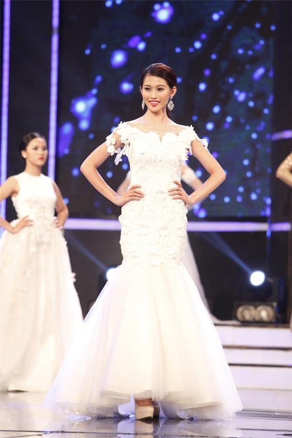 """Nữ người mẫu khẳng định: """"Ở bất kì cuộc thi nào cũng có sự cạnh tranh. Cạnh tranh theo mặt tích cực luôn là điều tốt. Khi có sự cạnh tranh, bạn sẽ luôn có động lực để cố gắng, hoàn thiện bản thân mình hơn. Châu sẽ luôn cố gắng và nỗ lực vì bản thân Châu, gia đình Châu và những ai đã yêu thương Châu""""."""