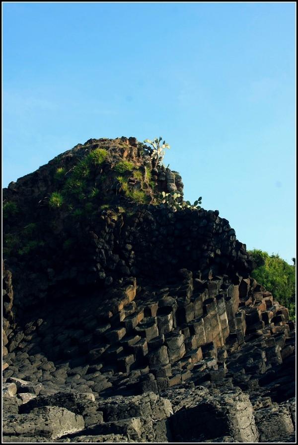 Cảnh đẹp tựa chốn bồng lai của các vách đá tại bãi Rạn. (Ảnh: Internet)