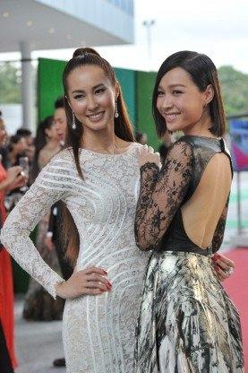 """Váy """"mặc như không"""" gây xôn xao thảm đỏ Singapore"""