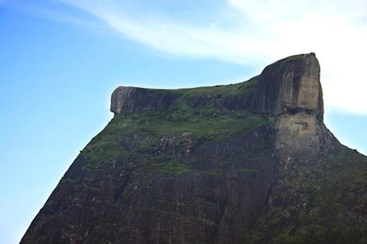 """Địa điểm chụp hình """"thách thức tử thần"""" nằm trên núiPedra da Gavea cóđộ cao 844 m trên mặt nước biển của Nam Đại TâyDương.(Ảnh: Internet)"""